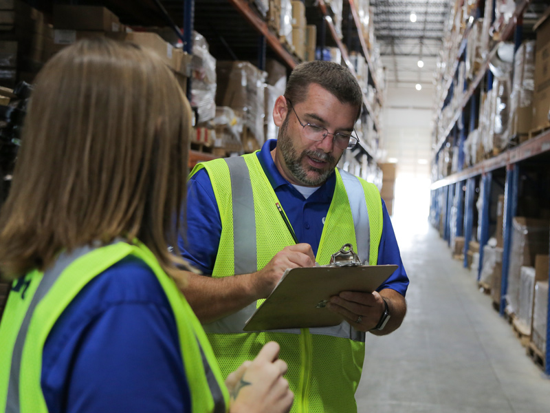 warehouse workers discussing 3pl supply chain